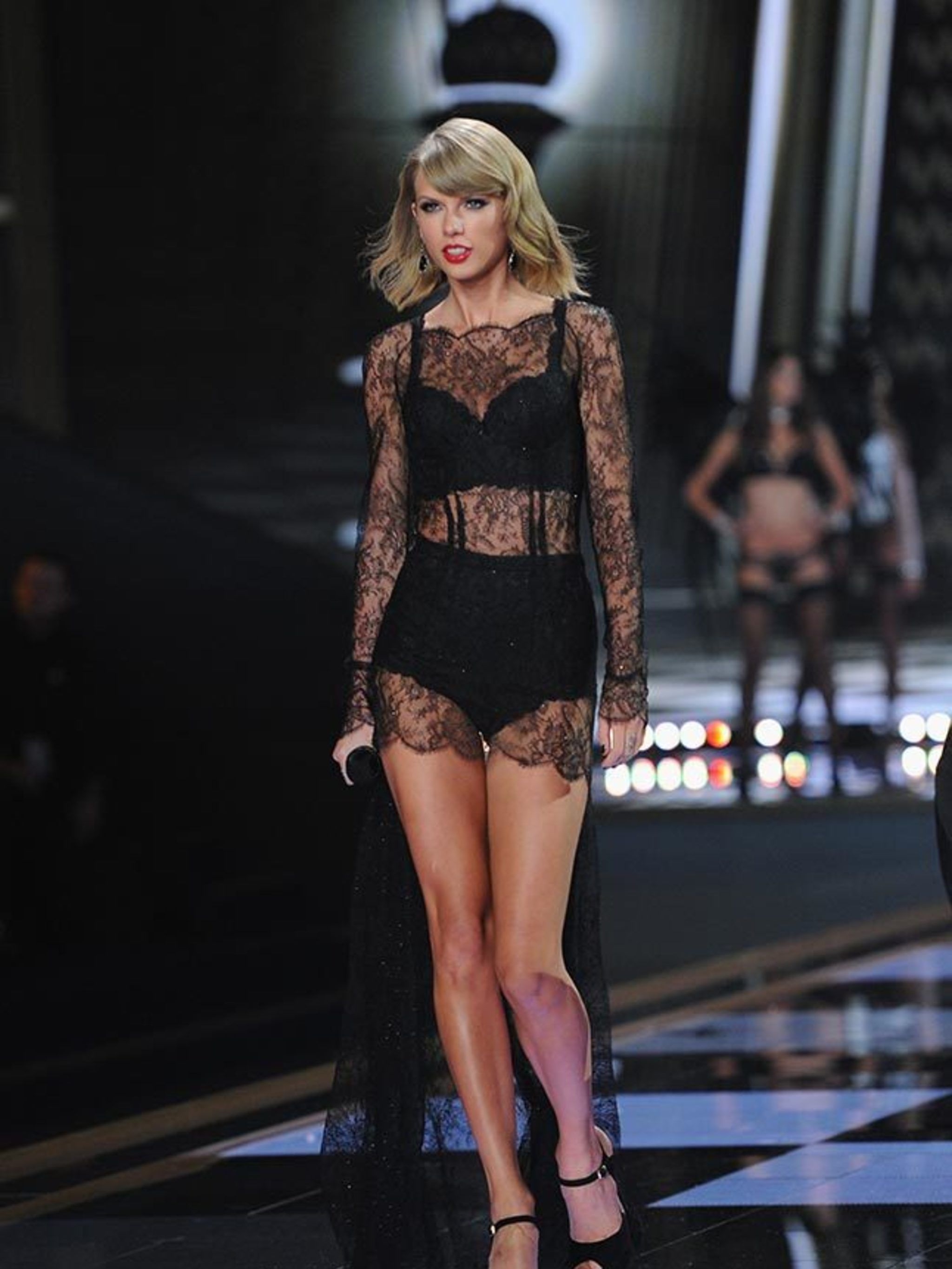 f783b5cbe5b9 Taylor Swift s Style File - Every One Of Taylor Swift s Country Glam Outfits