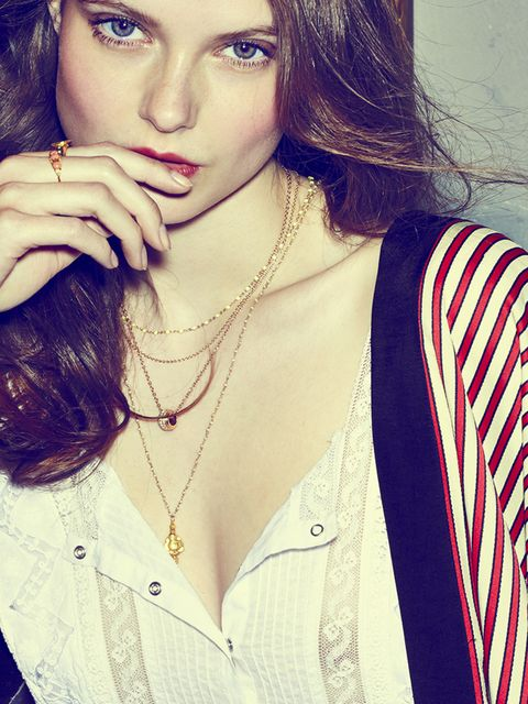 <p><strong>The New Romantic </strong></p><p>Above all, it is a question of simplicity. It makes its effect when golden chains are adorned in a variety of shapes and sizes. A pendant is a must. It matches perfectly with a flower ring. A mood for love.</p