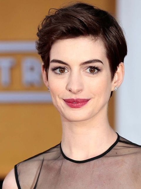 "<p><a href=""http://www.elleuk.com/star-style/celebrity-style-files/anne-hathaway-s-best-looks"">Anne Hathaway</a> flaunts her favourite red carpet make-up look, defined eyes with soft red lips. Adir Abergel gave her crop edge with a disheveled texture than"