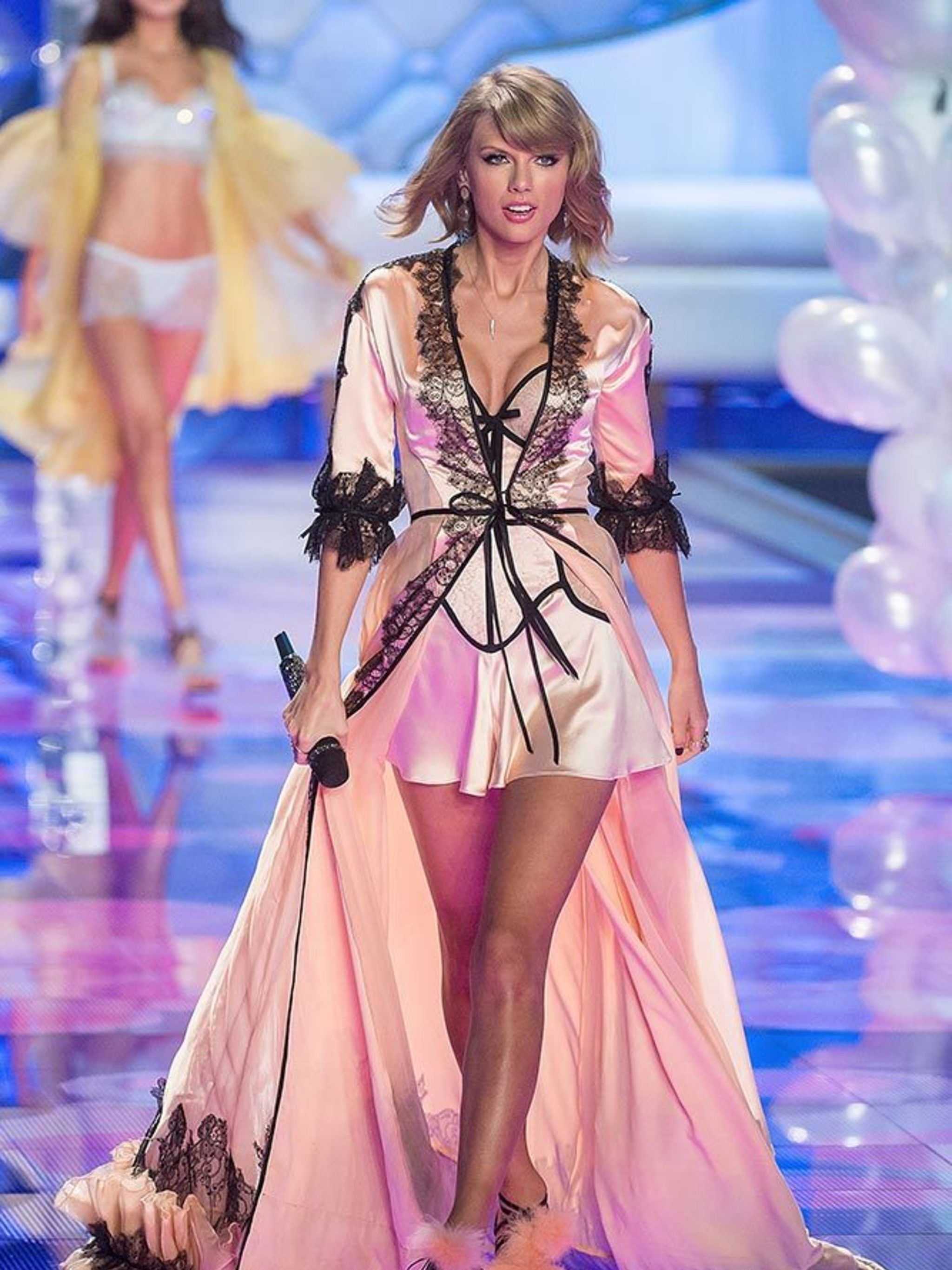 ec039125066b1 Taylor Swift's Style File - Every One Of Taylor Swift's Country Glam ...