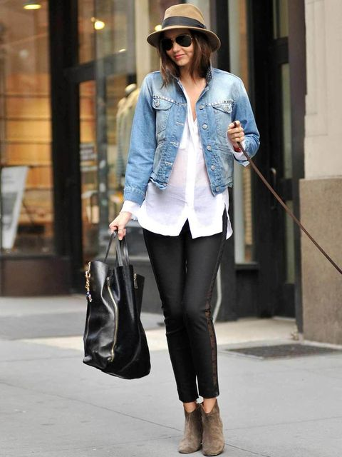 <p>Miranda Kerr is off-duty cool in a long line white shirt and denim jacket.</p>