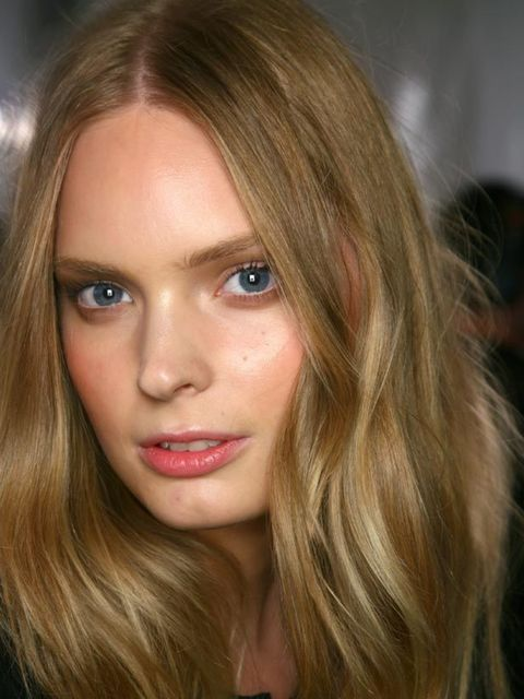 <p>Hair that's a bit wavy, with a wind-tousled finish; often created with a thickening or salt-water-based spray or gel</p>