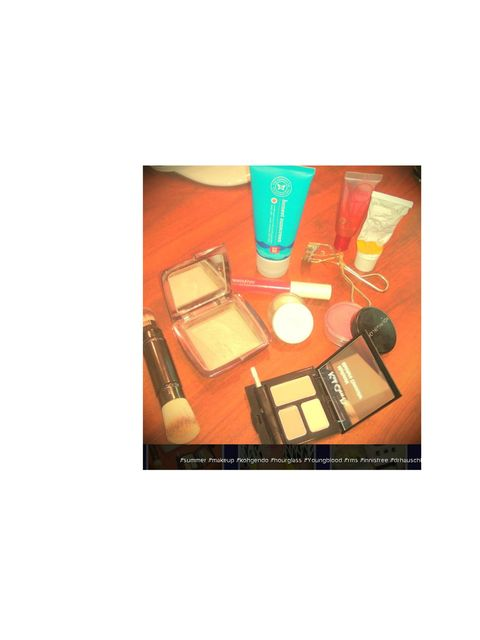 <p>Jessica Alba hasn't just shared on product, she's shared her whole make-up bag on her Instagram page.</p><p>We spy Youngblood, Dr Hauschka, Shu Uemura and her very own Honest Company sunscreen.</p>