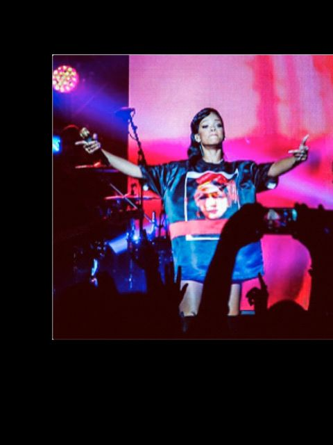 <p>'That Parisian concert t-shirt face controversy #rihanna777tour rumbles on. Any idea who it is?'</p>