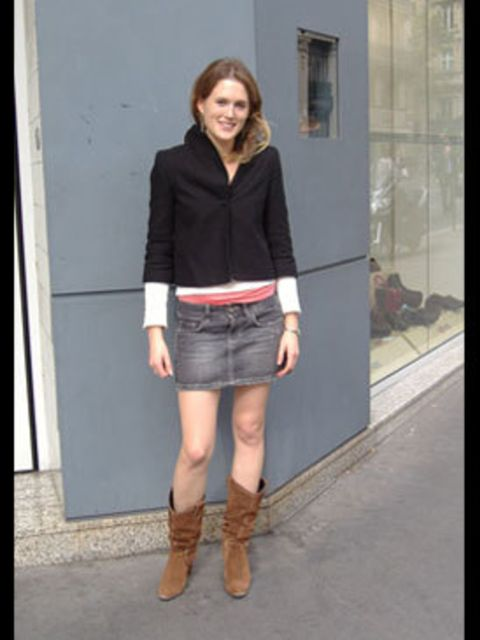 <p>Cropped jacket, miniskirt, cowboy boots... Marie shows us how it's done.</p>