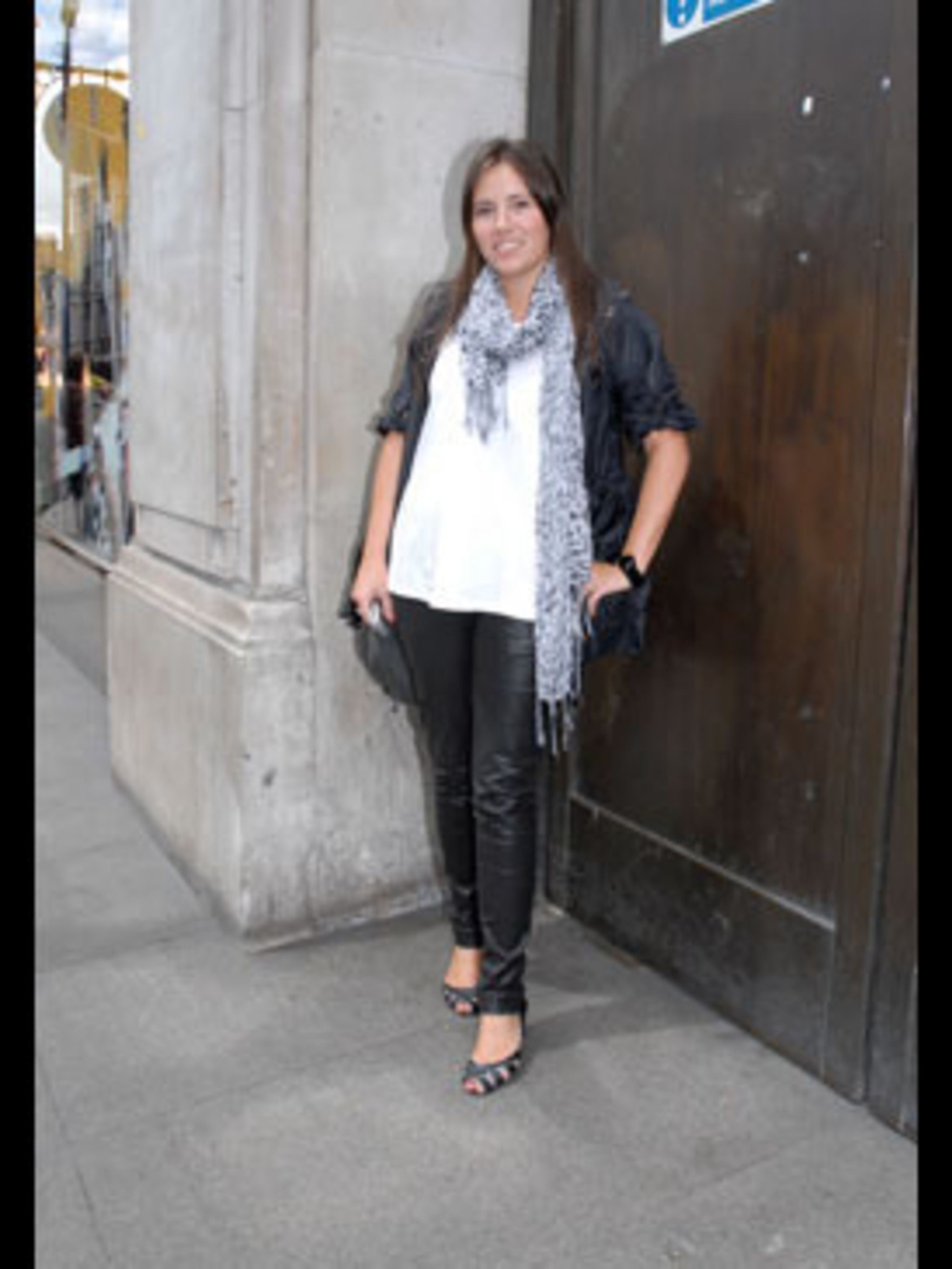 <p>Emma counts Gwen Stefani and Stella McCartney as her style icons and emulates their fashion sense with her stylish look. She has teamed black leather trousers from Topshop, which Gwen would be proud of, with an oversize white tee, anorak and blue leopa