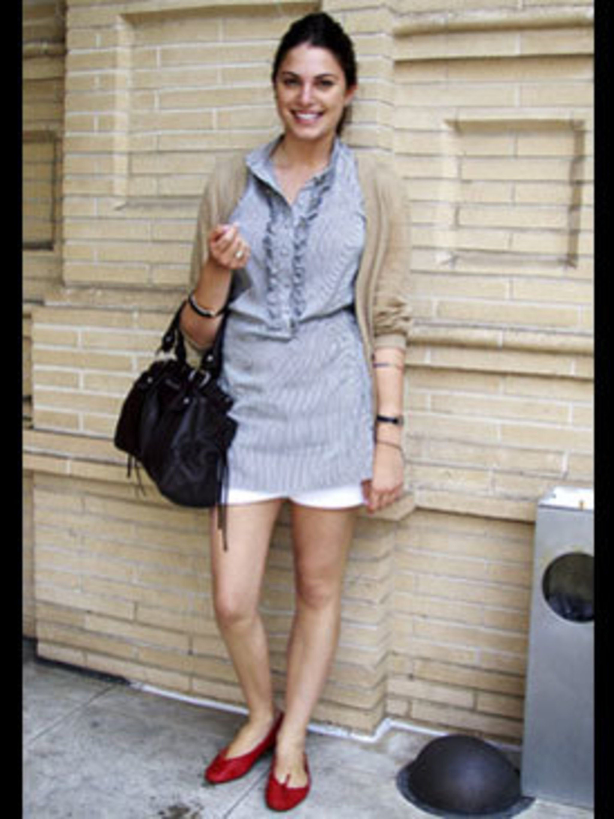 <p>Red pumps, white shorts and a blue blouse should, in theory, exude an overdone nautical look, however in practice this combination looks chic and Parisian.</p>