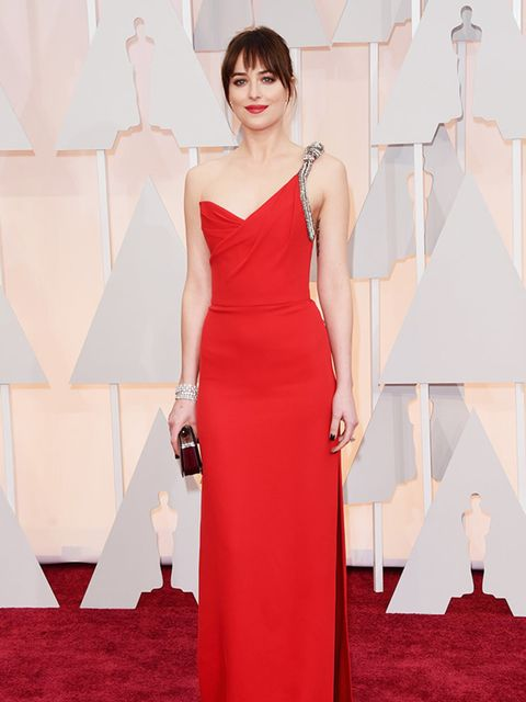 <p>Dakota Johnson in Saint Laurent and Forevermark jewellery attends the 2015 Academy Awards in LA.</p>
