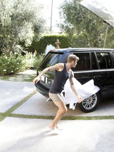 <p>David Beckham - action hero - whips off his robe for H&M.</p>