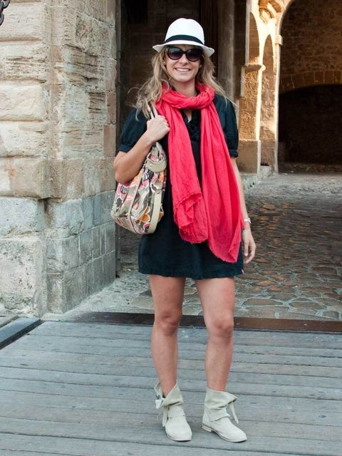 <p>Mac, 30, Spain, Teacher. Ede dress, Cool Way shoes, vintage hat and sunglasses, Guess bag, Zara scarf.</p>