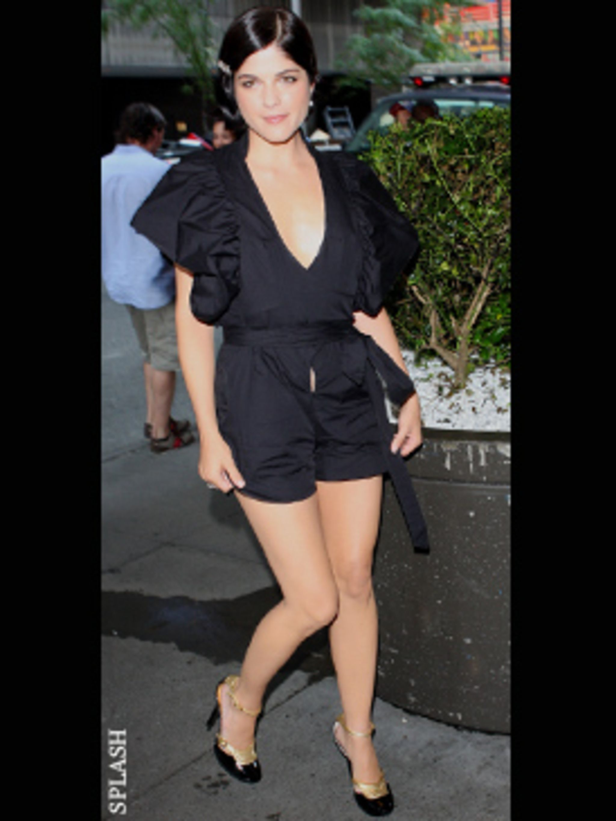 <p>Selma Blair teams her playsuit with a twenties style finger wave for the ultimate in modern flapper girl chic.</p>