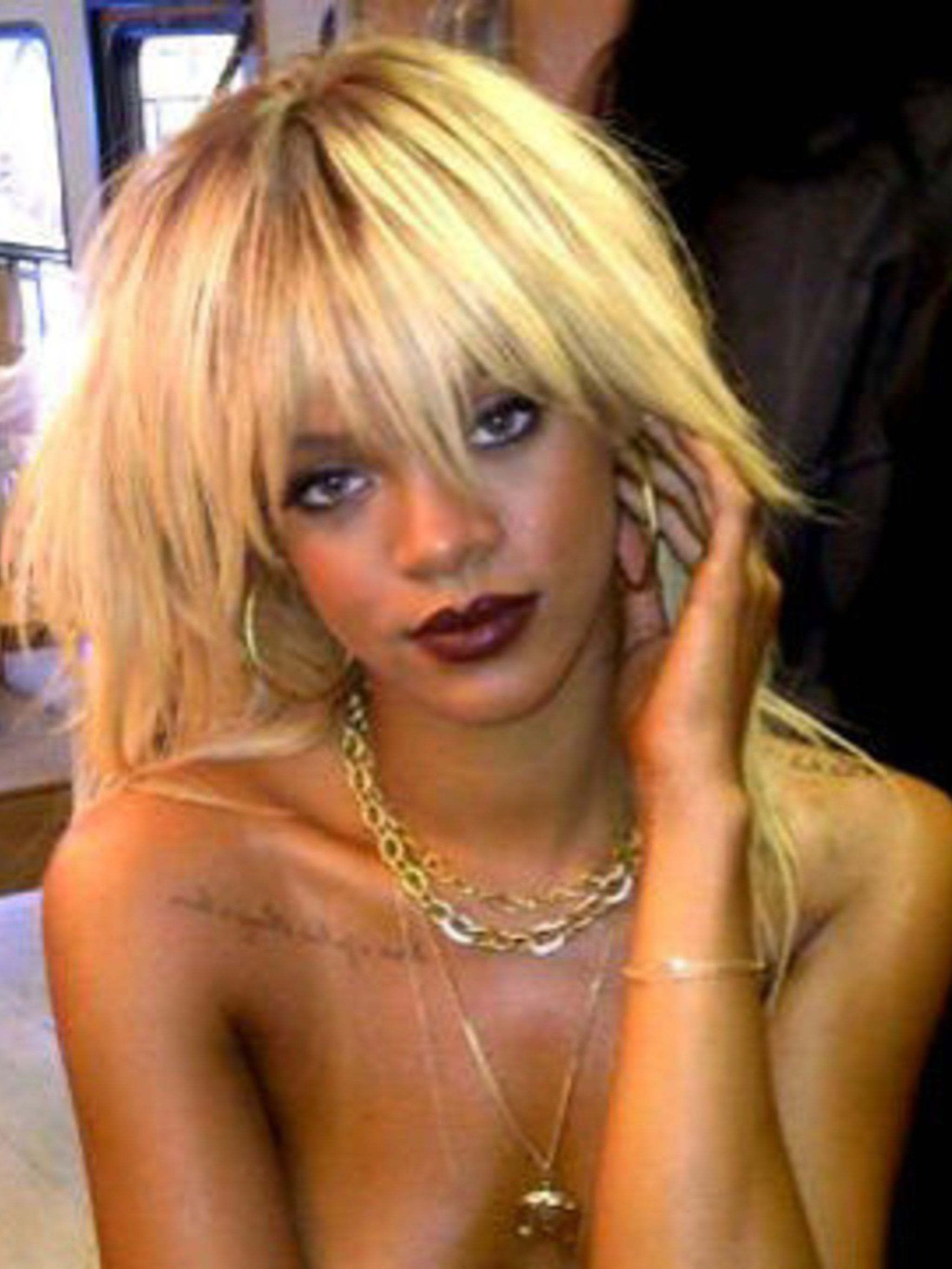 <p>The twit pic Rihanna posted of her new blonde hair on her Twitter account @rihanna</p>