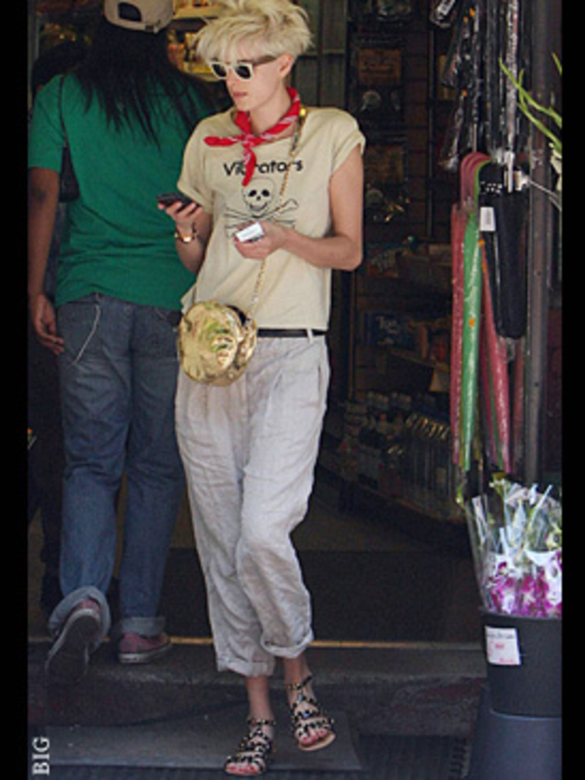 <p>Agyy has a new boyfriend, (Albert from The Strokes) and a laid back summer look we're loving - to go with him. Love those shoes!</p>