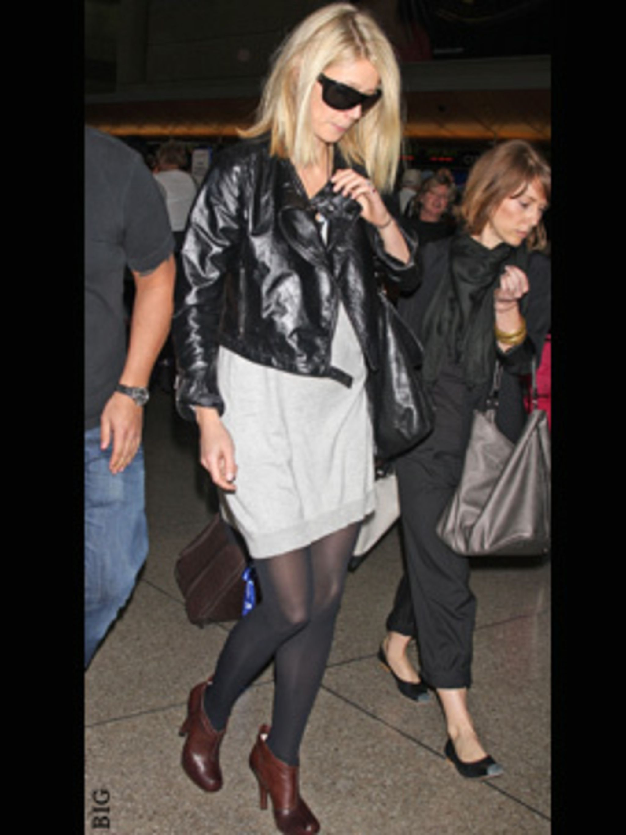 <p>Gwyneth continues her fashion world tour, at the airport toting a giant Roger Vivier 'Lounge' bag.</p>
