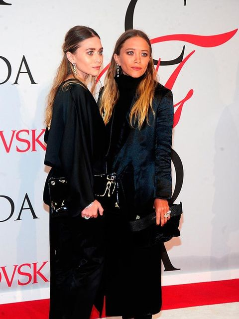 <p>Mary-Kate Olsen and Ashley Olsen, winners of the Womenswear prize for their label The Row, attend the CFDA Awards in New York, May 2015.</p>