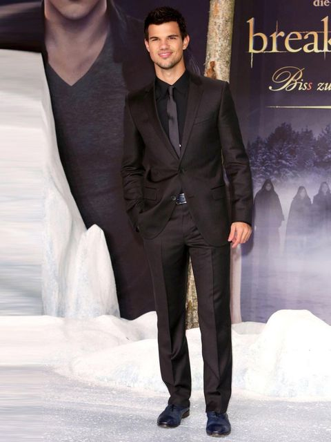 <p>Taylor Lautner wears a black suit, shirt and tie to the Twilight Breaking Dawn Part 2 premiere, Berlin.</p>