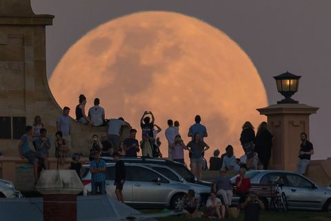20 Incredible Photos Of The Super Moon from Cities Around The World