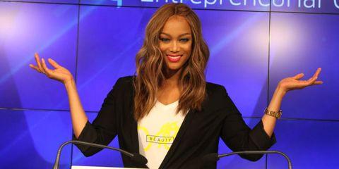 Television presenter, Spokesperson, Newsreader, Newscaster, Speech, Journalist, Event, Public speaking, Finger, Electric blue,