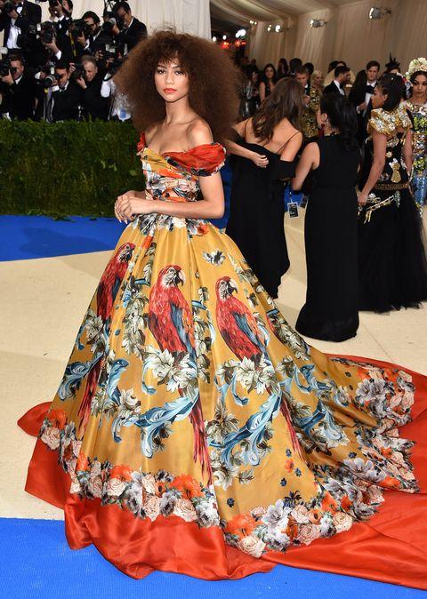 Red carpet, Fashion model, Carpet, Dress, Clothing, Flooring, Gown, Shoulder, Premiere, Fashion,