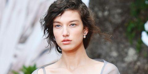 Hair, Face, Lip, Eyebrow, Hairstyle, Beauty, Chin, Skin, Fashion model, Brown hair,