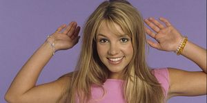 Britney Spears poses during a portrait session on May 1, 1999 in Los Angeles, California | LouisvuittonShop UK