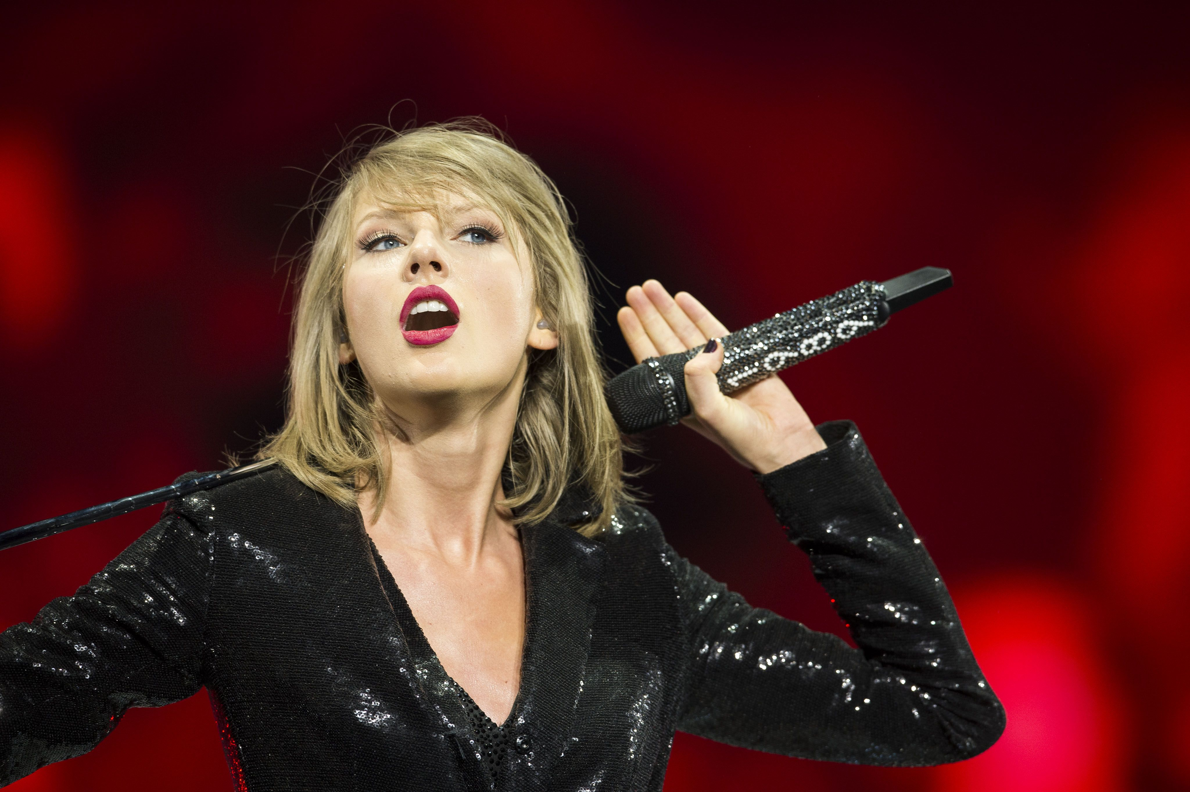Dj Who Groped Taylor Swift S Butt Has A Controversial New Radio Job