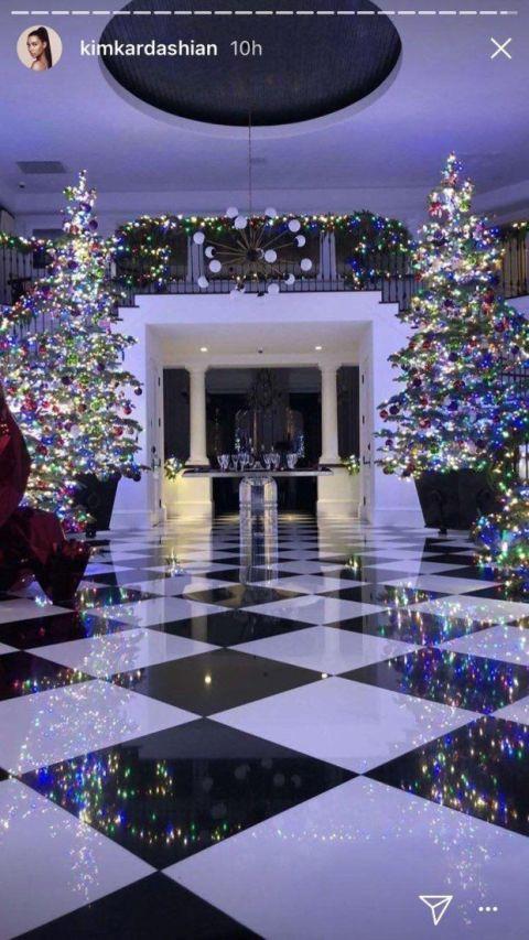 Purple, Architecture, Lighting, Lavender, Tree, Christmas decoration, Games, Floor, Christmas tree, Building,