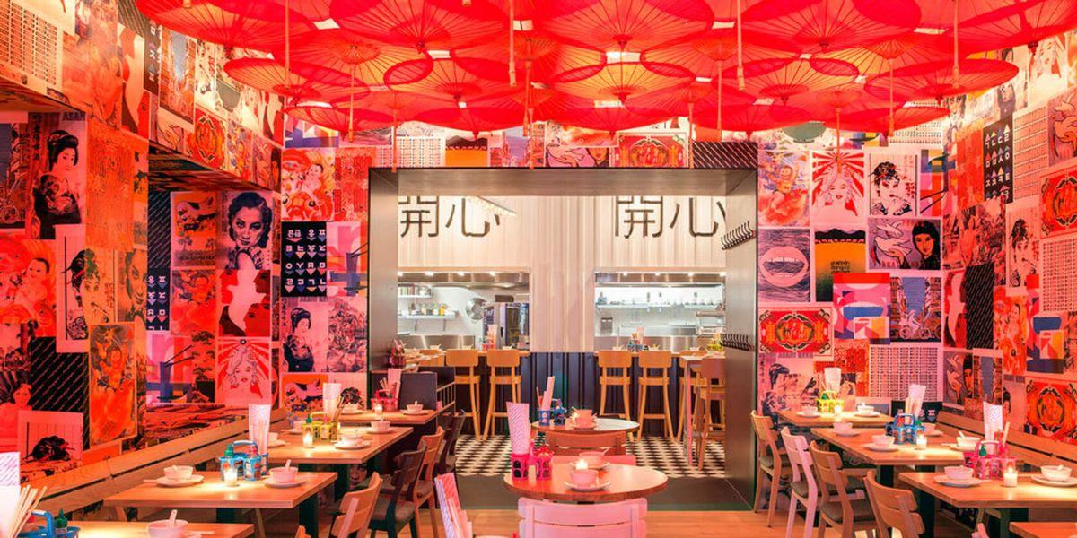 https://hips.hearstapps.com/ellnl.h-cdn.co/assets/15/37/2048x1024/2048x1024-aak-een-rood-interieur-hebben-6783006-1-eng-gb-waarom-restaurants-vaak-een-rood-interieur-hebben-jpg.jpg?resize=1200:*