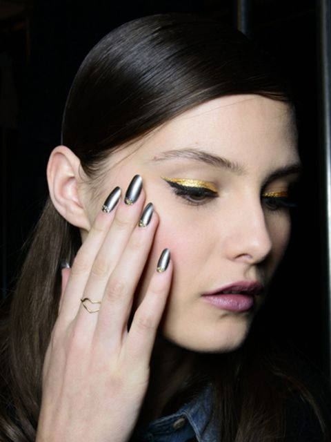 Finger, Lip, Brown, Hairstyle, Skin, Eyebrow, Eyelash, Style, Eye shadow, Beauty,