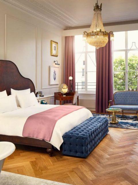 """<p>Het Pulitzer hotel is in Amsterdam ondertussen een klassieker, niet alleen vanwege de vestiging in eeuwenoude grachtenpanden, maar ook gezien het zijn deuren al in de jaren zeventig opende.&nbsp;</p><p><a href=""""http://www.pulitzeramsterdam.com/nl/locatie/?gclid=CIbhi8_G2csCFdgaGwodcBIPWw"""" target=""""_blank""""><strong data-redactor-tag=""""strong"""">Pulitzer Amsterdam</strong></a><strong data-redactor-tag=""""strong"""">,</strong> Keizersgracht 224, Amsterdam</p>"""