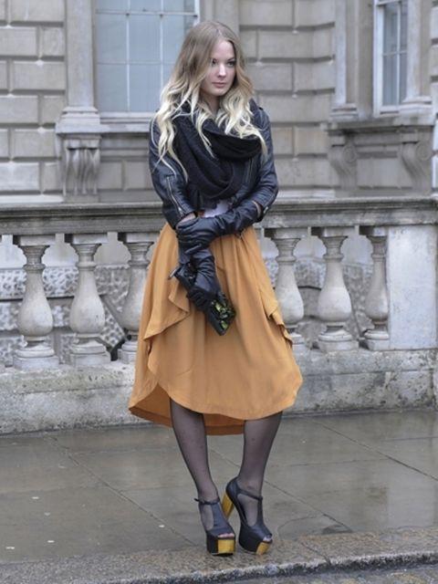 Clothing, Leg, Sleeve, Outerwear, Style, Street fashion, Fashion, Knee, Grey, Thigh,