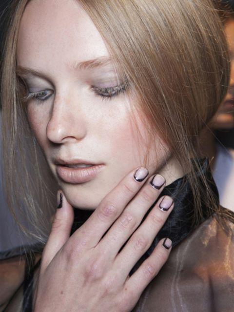 Finger, Lip, Hairstyle, Skin, Eyebrow, Eyelash, Style, Nail, Beauty, Organ,