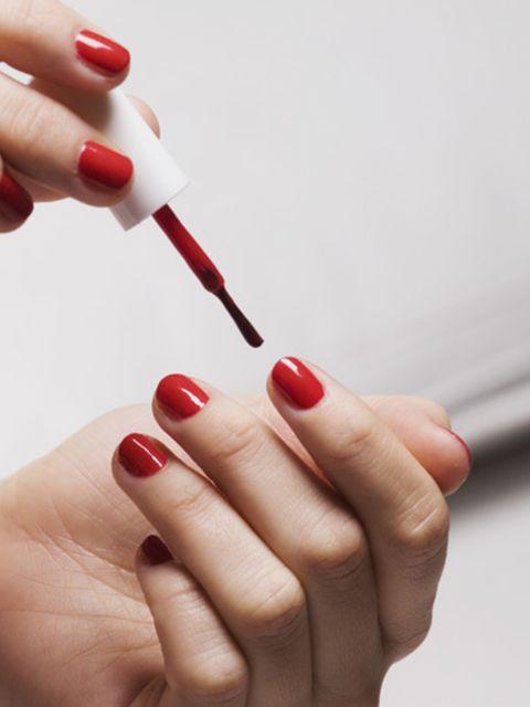 Deze-simpele-truc-zorgt-ervoor-dat-je-nagellak-langer-blijft-zitten