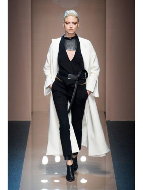 Fashion show, Outerwear, Fashion model, Style, Formal wear, Runway, Fashion, Model, Knee, Costume design,