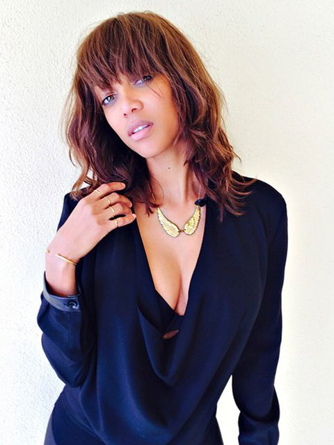 Arm, Mouth, Hairstyle, Jewellery, Sleeve, Shoulder, Joint, Bangs, Style, Fashion accessory,