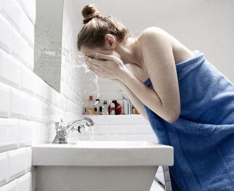 Hairstyle, Plumbing fixture, Shoulder, Tap, Fluid, Elbow, Plumbing, Sink, Composite material, Blond,