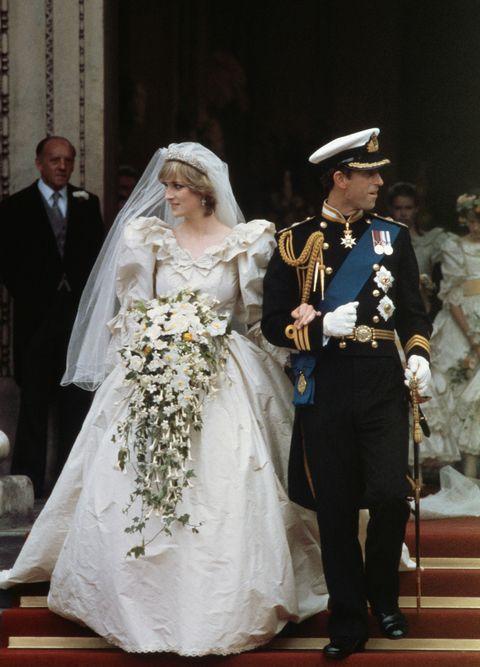 """<p>Prinses Diana trouwde op 20-jarige leeftijd met Prins Charles. Haar jurk van Elizabeth and David Emanuel kostte toen $12.000 (in 2016 moet je denken aan een waarde van $31.000). Er zaten 10000(!) parels op de sleep.</p><p><em data-redactor-tag=""""em"""">foto: Getty</em></p>"""