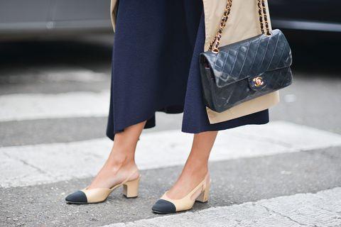 """<p>Voor het eerst gemaakt door Gabrielle 'Coco' Chanel in 1957, maar er is meer met Chanel's <em data-redactor-tag=""""em"""" data-verified=""""redactor"""">two-tone</em> slingbacks than meets the eye. Het nudekleurige bovenste deel van de schoenen verlengt het been, terwijl de zwarte teen de voet korter doet lijken. Briljant.<span class=""""redactor-invisible-space"""" data-verified=""""redactor"""" data-redactor-tag=""""span"""" data-redactor-class=""""redactor-invisible-space""""></span></p>"""