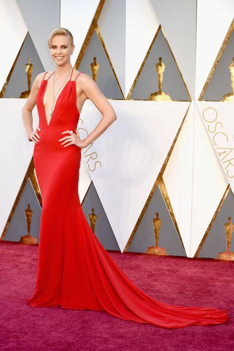 "<p>Slechts twee weken voor de&nbsp;Oscars werd deze jurk voor&nbsp;Charlize Theron uitgekozen door haar&nbsp;<em data-redactor-tag=""em"" data-verified=""redactor"">longtime</em> stilist Leslie Fremar. Laatstgenoemde liet daarover weten: <em data-redactor-tag=""em"" data-verified=""redactor"">'We've worked together so long, she was like, ""Honestly, Les, just do whatever you want. You've never let me down before.""&nbsp;That was so cool. That's rare.'</em>&nbsp;Saillant detail: de&nbsp;Harry Winston-ketting die Charlize droeg was een <em data-redactor-tag=""em"" data-verified=""redactor"">whopping</em> 48.8 karaat. </p>"