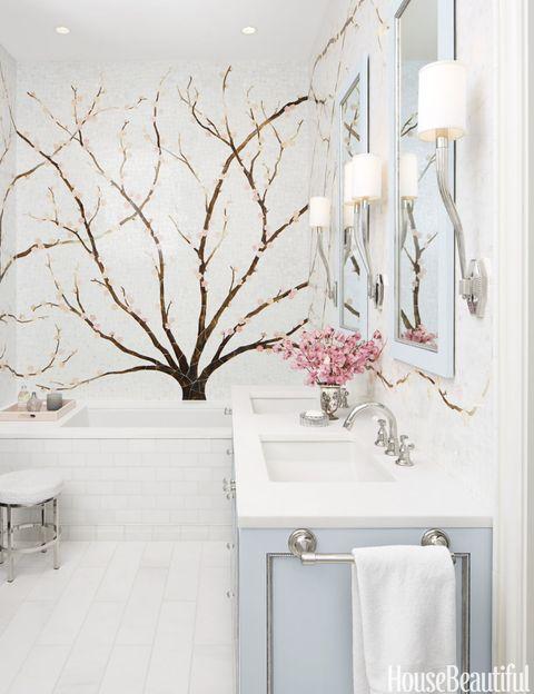 """<p>'Ik hou van kersenbloesem,'&nbsp;zegt ontwerper Caroline Beaupère. """"En deze&nbsp;<a target=""""_blank"""" href=""""http://www.housebeautiful.com/room-decorating/bathrooms/a3737/cherry-blossom-mural-bathroom/"""">master badkamer</a> in een huis in Jersey City is geïnspireerd op hanami, de Japanse traditie van het opzoeken van de bloeiende kersenbomen om de lente te vieren.<span class=""""redactor-invisible-space"""" data-verified=""""redactor"""" data-redactor-tag=""""span"""" data-redactor-class=""""redactor-invisible-space""""></span></p>"""