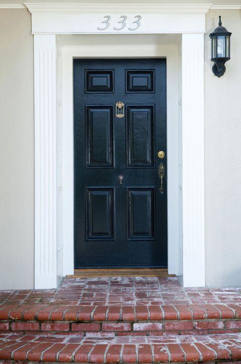 """<p>Je denkt misschien, chic, zo'n zwarte deur, maar Feng shui beweert dat zo'n zwart entree geen warm welkom is. Een zwarte deur nodigt het ongeluk uit –<span class=""""redactor-invisible-space""""></span> behalve als hij op 't noorden ligt. </p>"""