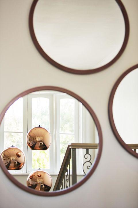 <p>Nee, niet alleen een gebroken spiegel brengt ongeluk. De legende vertelt dat spiegelend glas je ziel kan stelen, de reden achter de Victoriaanse traditie van het bedekken van spiegels in huizen van overledenen.</p>
