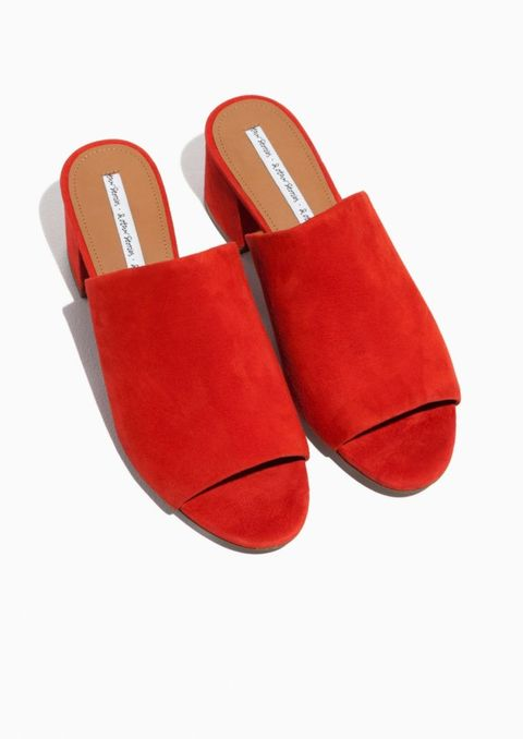 "<p>€ 89 - verkrijgbaar via <a href=""http://www.stories.com/it/Shoes/All_shoes/Suede_Sandalette_Mule/590763-0383340004.2"" target=""_blank"" data-tracking-id=""recirc-text-link"">stories.com</a></p>"
