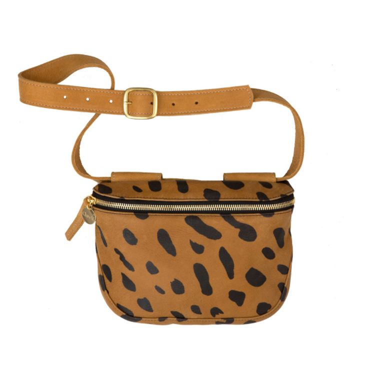 "<p>Clare V., € 257 - verkrijgbaar via <a href=""https://www.clarev.com/products/fannypack-jaguar-printed"" target=""_blank"" data-tracking-id=""recirc-text-link"">clarev.com</a><span class=""redactor-invisible-space"" data-verified=""redactor"" data-redactor-tag=""span"" data-redactor-class=""redactor-invisible-space""><a href=""https://www.clarev.com/products/fannypack-jaguar-printed""></a></span></p>"
