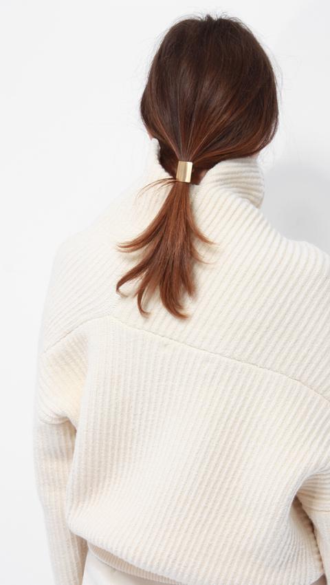 Hair, Clothing, Hairstyle, Neck, Shoulder, Outerwear, Brown, Brown hair, Beige, Long hair,