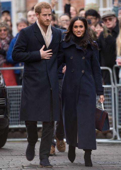 """<p>Een van de eerste foto's sinds de officiële bekendmaking van de verloving van Harry en Meghan showde meteen hoe stijl- en&nbsp;<em data-redactor-tag=""""em"""" data-verified=""""redactor"""">color coordinated</em> de twee zijn. Meghan draagt hier een Mackage-jas. Haar&nbsp;<span>Strathberry-tas verkocht binnen enkele minuten uit.</span></p>"""