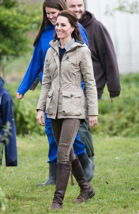 """<p>Op May 3 bezoekt&nbsp;Kate een Farms for City Children project, in een nieuwe&nbsp;trui van&nbsp;kasjmier van J Crew.<span data-redactor-tag=""""span""""></span></p>"""