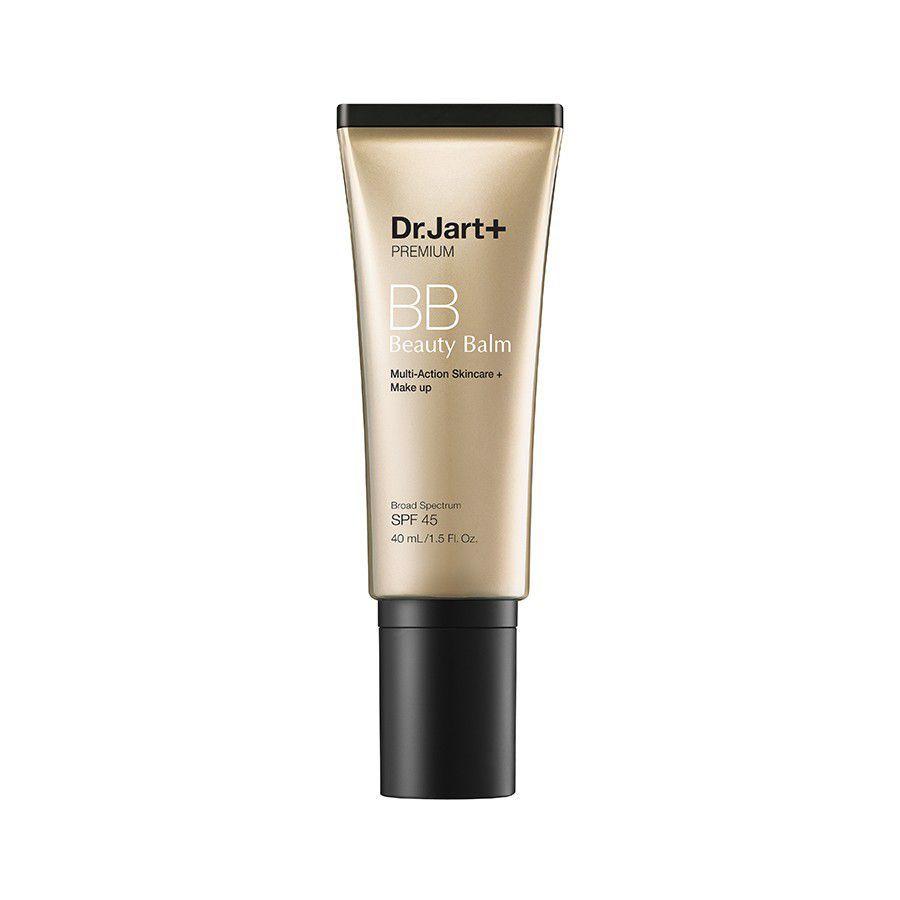 """<p>Het belangrijkste eerst: preventie. """"Een goede huidverzorgingroutine, niet plukken, niet knijpen, of de huid beschadigen. En het gebruik een SPF ter verkoming van het verkleuren, zijn belangrijke manieren om littekenvorming door acne te voorkomen,"""" adviseert dermatoloog Annie Chiu. Voor dagelijks gebruik&nbsp&#x3B;kun je <a href=""""https://www.amazon.com/Dr-Jart-Premium-Beauty-Balm-MEDIUM-DEEP/dp/B00X1NVU16"""" data-tracking-id=""""recirc-text-link"""">SPF 45 option van Dr.Jart</a> proberen. Dit is een vier-in-één primer, dagcrème, zonnebrand&nbsp&#x3B;en behandelingsserum dat de huidskleur van binnenuit egaliseert en milde dekking biedt.</p><p><em data-redactor-tag=""""em""""></em><em data-redactor-tag=""""em"""">Dr. Jart+ Premium Beauty Balm SPF 45+, €31, amazon.com</em></p><p><a href=""""https://www.amazon.com/Dr-Jart-Premium-Beauty-Balm-MEDIUM-DEEP/dp/B00X1NVU16/?tag=elle_auto-append-20"""" class=""""body-btn-link"""" target=""""_blank"""" data-href=""""https://www.amazon.com/Dr-Jart-Premium-Beauty-Balm-MEDIUM-DEEP/dp/B00X1NVU16/?tag=elle_auto-append-20"""">SHOP</a></p>"""