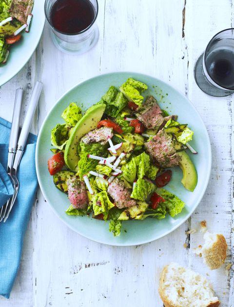 <p>... te weinig eten voor je gaat drinken, zorgt ervoor dat alcohol sneller in je bloed wordt opgenomen. Kijk dus uit met salades: hoewel groenten op allerlei manieren fantastisch zijn voor je lijf, bieden ze niet genoeg bodem voor een avond drinken. Als je al een salade eet, zorg dan dat er voldoende eiwitten in zitten, zoals kip. Dat kost je lijf meer tijd om te verwerken, waardoor het alcooholgehalte in je bloed minder snel piekt.</p>