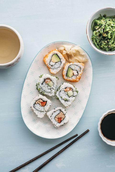 <p>Los van het feit dat rauwe vis en sterke drank niet als de allerlekkerste combinatie klinkt, krijg je bij sushi vaak flink wat sojasaus binnen. Sojasaus = zout, zout = uitdrogend, drinken + uitdroging = een kater waar je nooit op zit te wachten.</p>